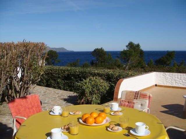 009 House seafront with a private garden - El Port de la Selva - Huis