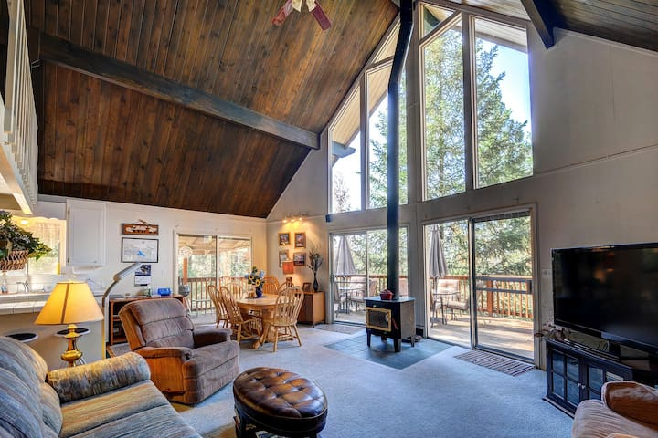 Rustic Swiss-style cabin w/ lake and shared pool access. Close to Yosemite!