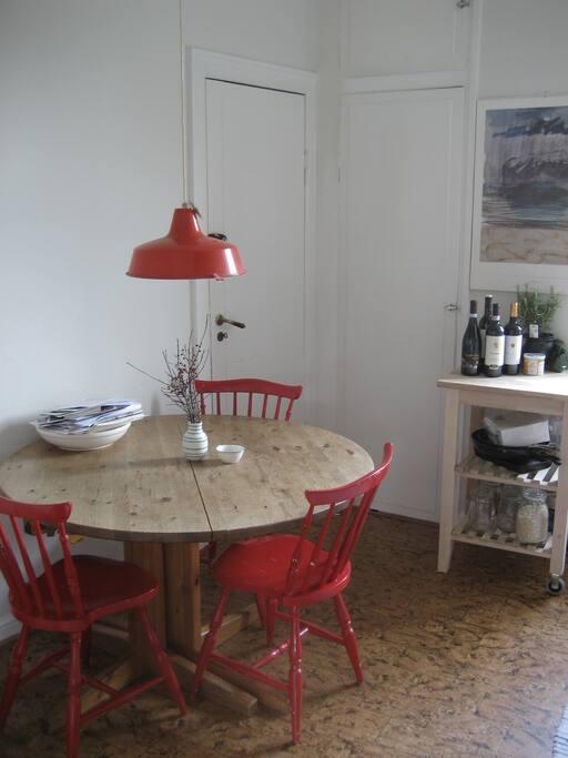 Køkkenbord, hvor man let kan spise fire personer.
