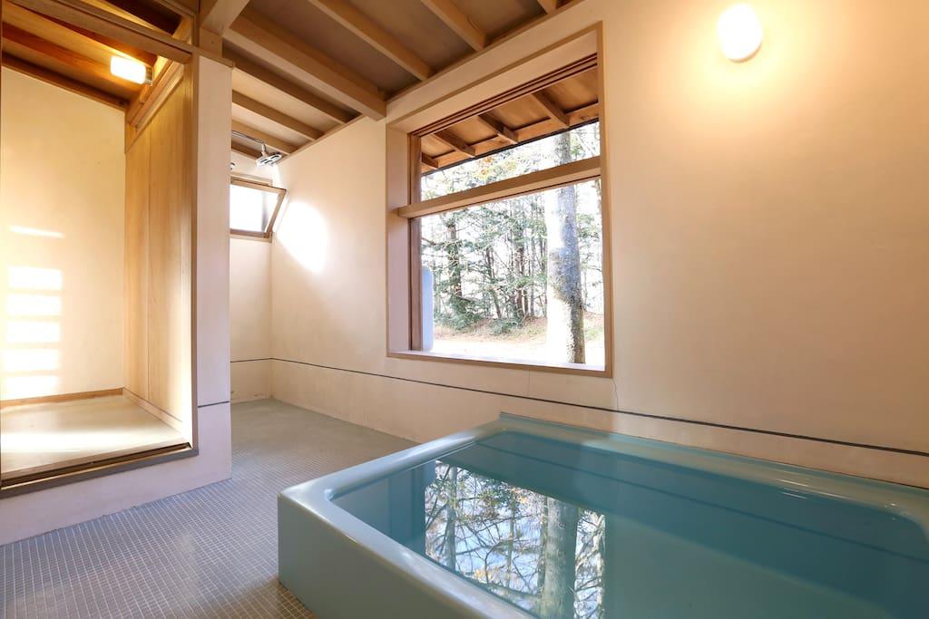 浴室です!何といっても広いです♪ もちろん、シャワーもついています! It is a bathroom! Anything is wide ♪ Of course, there is also a shower!