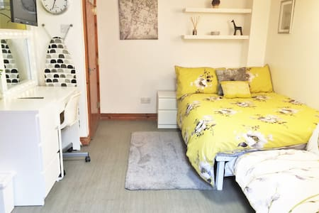 Entire Apartment - Free Parking & Wifi - Private