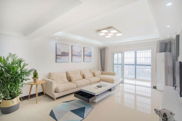 宽敞的客厅,舒适的沙发