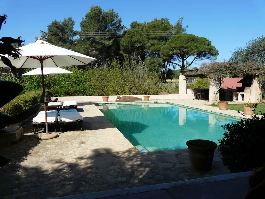 Preciosos y cuidados jardines, ideal para vida al aire libre relajada y rodeada de naturaleza