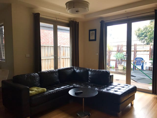 PRIVATE ROOM WITH PRIVATE TOILET 10 MINUTES TO CBD
