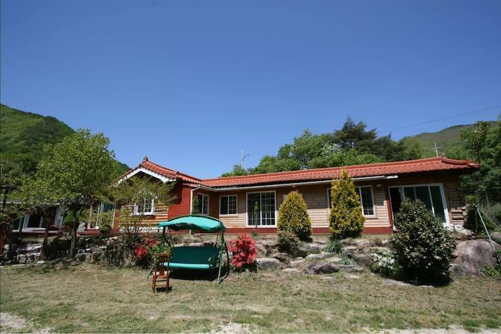 해바다통나무집 펜션&캠핑 (천여평의넓은마당에전체통나무로지은집독채 사용)대형거실