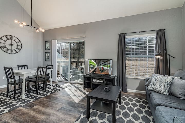 Beautiful 2 Bedroom/2 Bathroom Condo