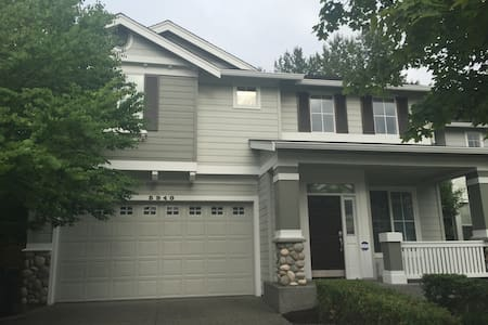 Private room in bright home near Downtown Redmond - Redmond - House