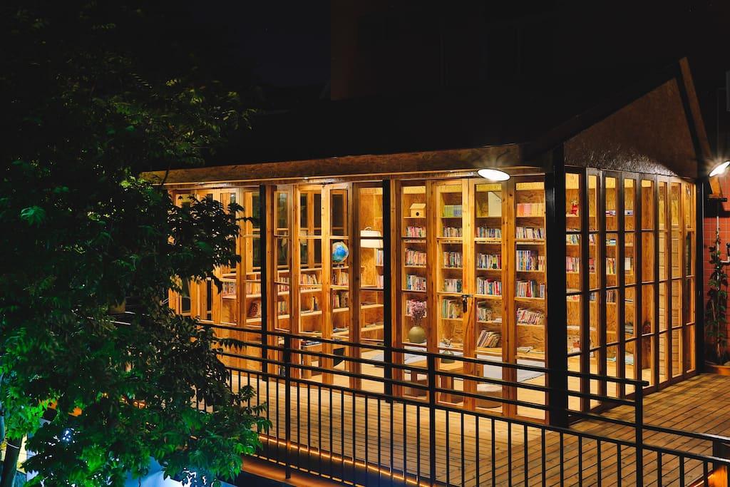夜晚的图书馆非常美,所以书都是大家捐的,图书馆外面还可以看星星