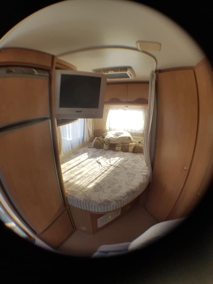 logement dans chalet avec chambre privée en camper