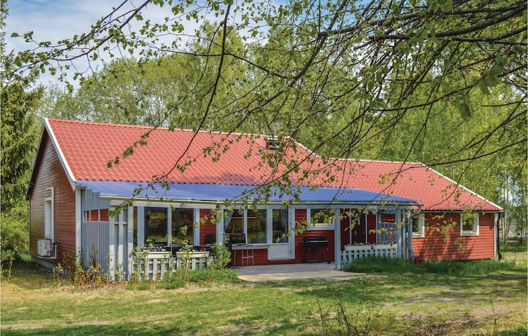 Holiday cottage with 3 bedrooms on 108 m² in Färentunna
