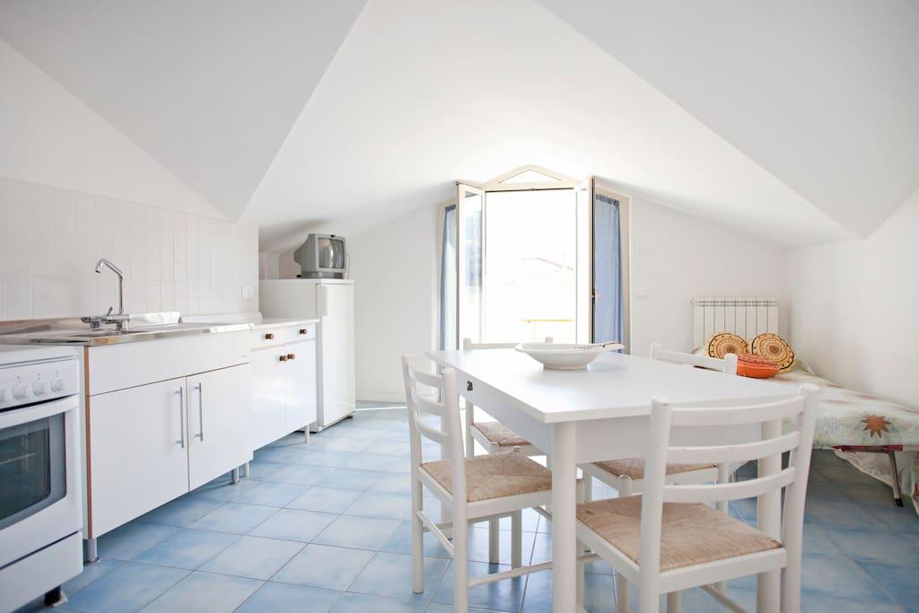 cucina- soggiorno con finestra che si apre sul balcone