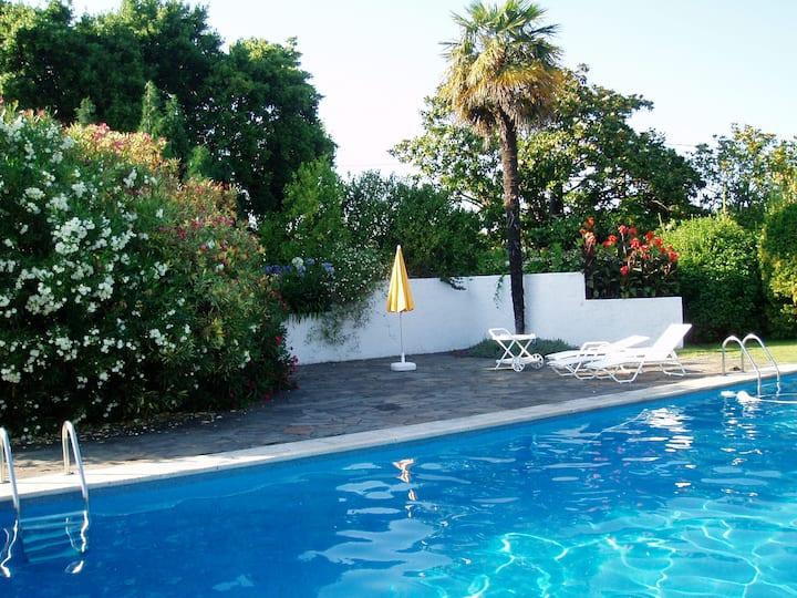 Casa con gran piscina y jardín de 2500m2