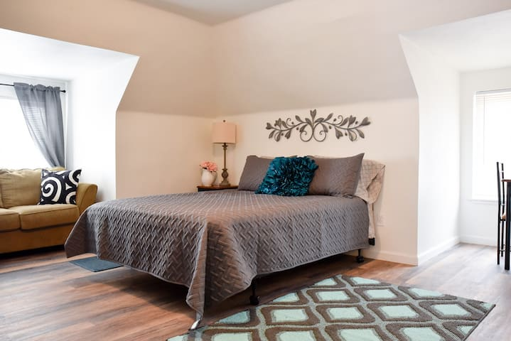 Unwind in a Bright, Comfortable Apartment for 3