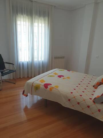 Espaciosa habitación, Balcón, garage Cerca  playa