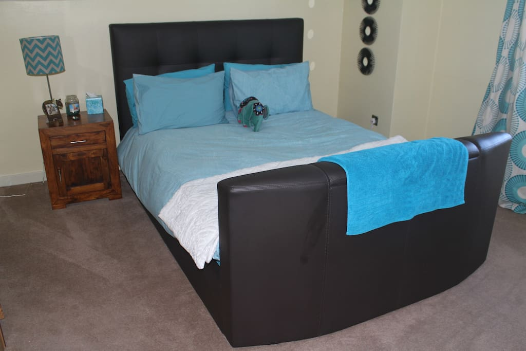 Queen bed can have extra double bed to sleep family