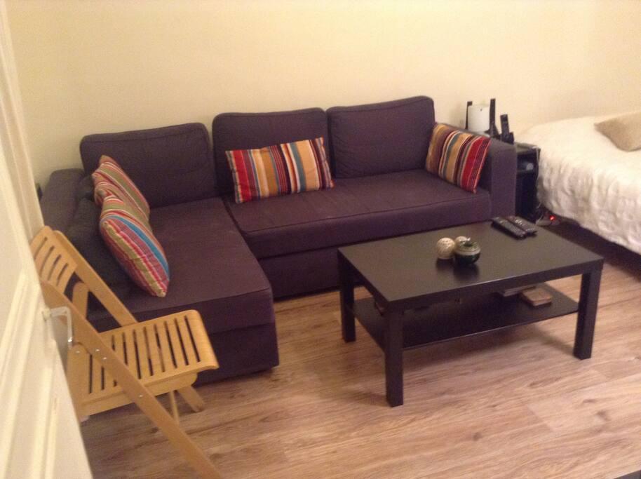 Salon avec canapé lit, écran plat 42 pouces et un vrai lit 2 places