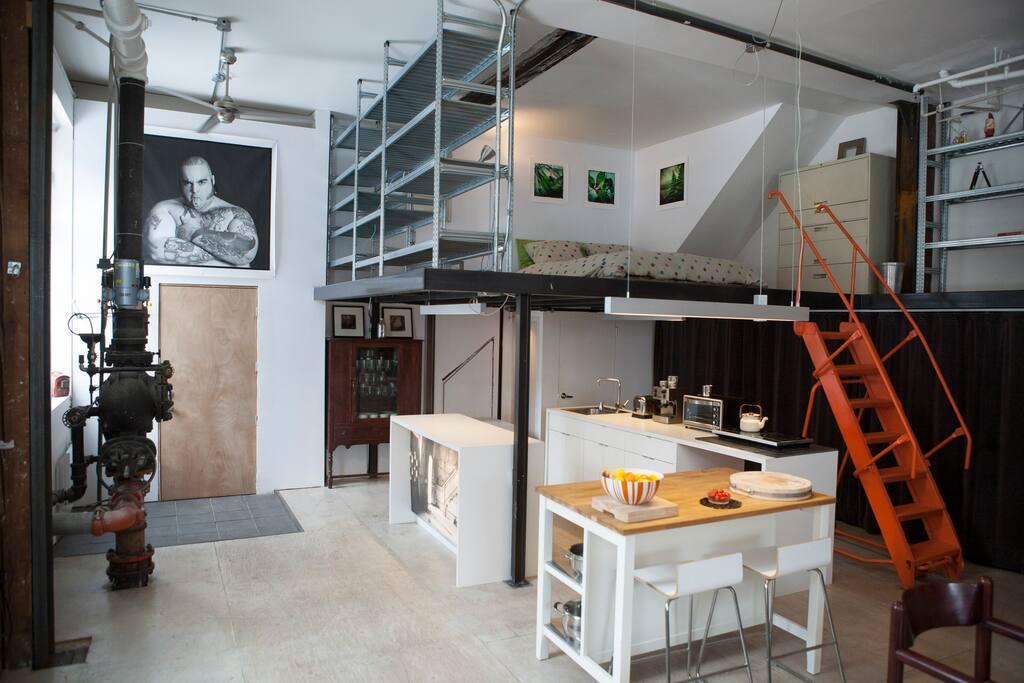 L'ensemble de la kitchenette et la mezzanine au dessus