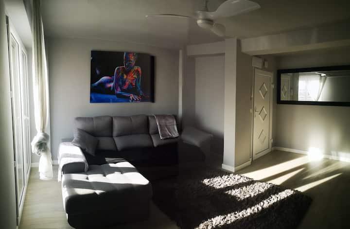Habitación moderna y comfortable