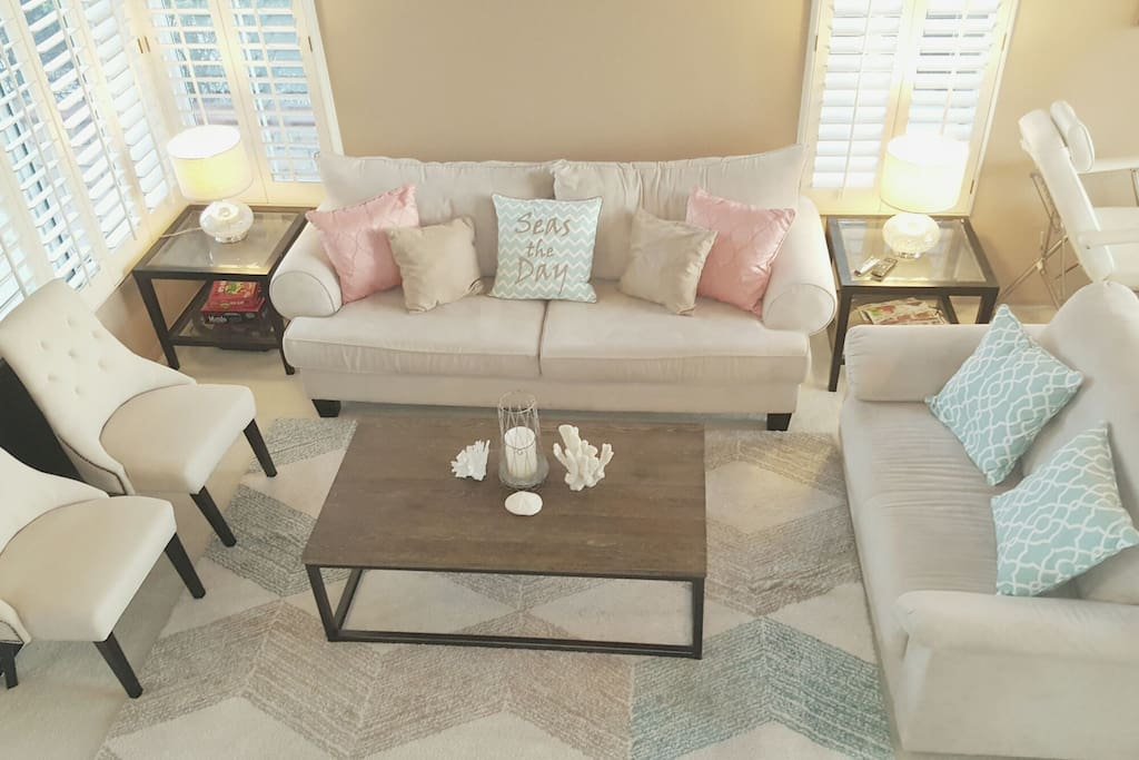 Enjoy the living room with family & friends - 3 sofas seat 9