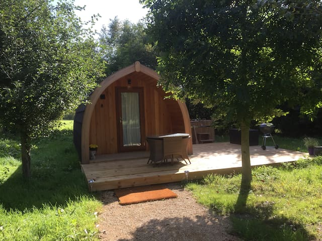 Pippin Pod in rural Hampshire with hot tub