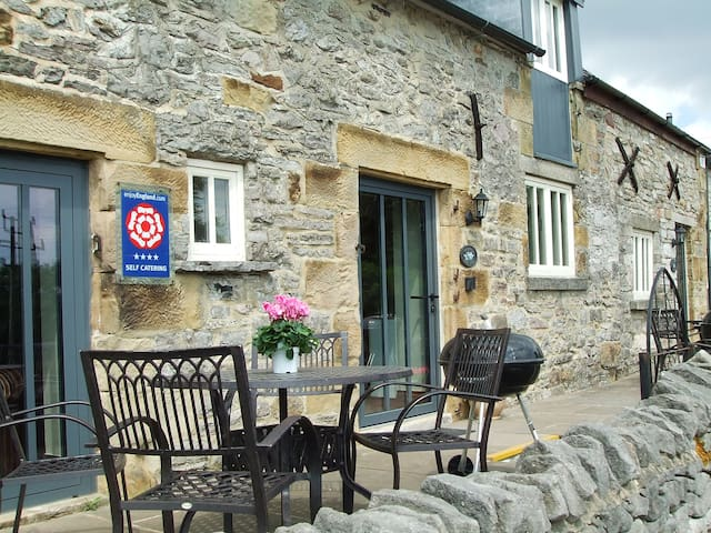 Clover Cottage,  Carsington Water with games room