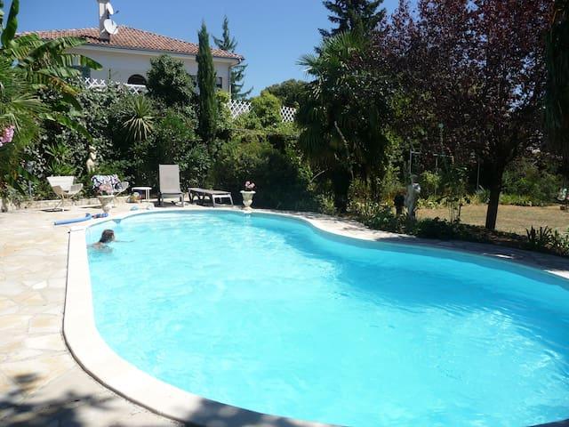 GITE AVEC PISCINE DANS MAISON - Aubenas - Apartamento