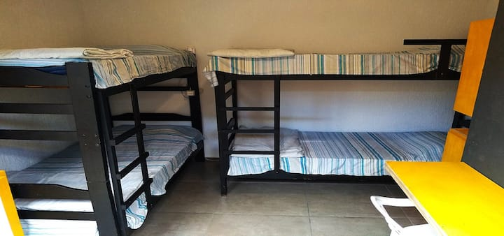 Quarto Compartilhado Feminino com 4 camas