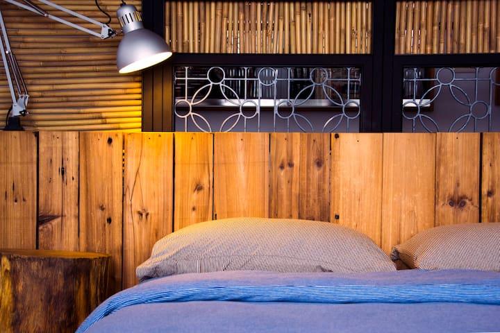 巷弄X台南,301房,雙人床。隱身小西門巷弄裡,擁有80坪公共庭園與交誼空間,適合情侶夫妻居住。。