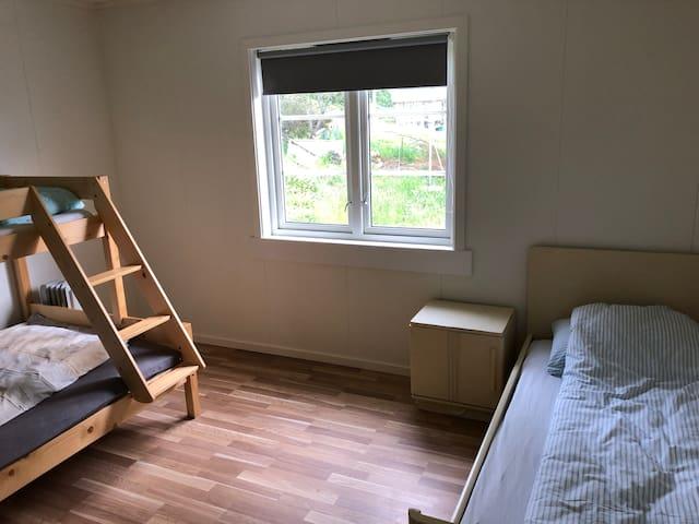 2 enkelt senger og en dobbeltseng