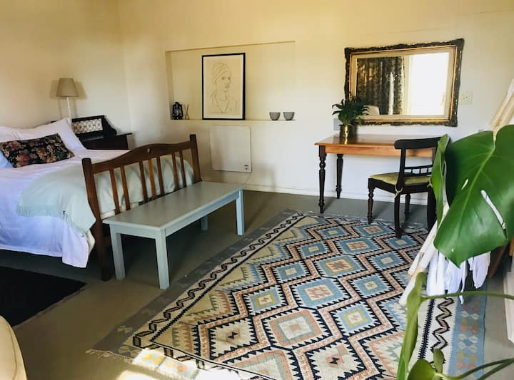 Wood-hoopoe self-catering studio cottage