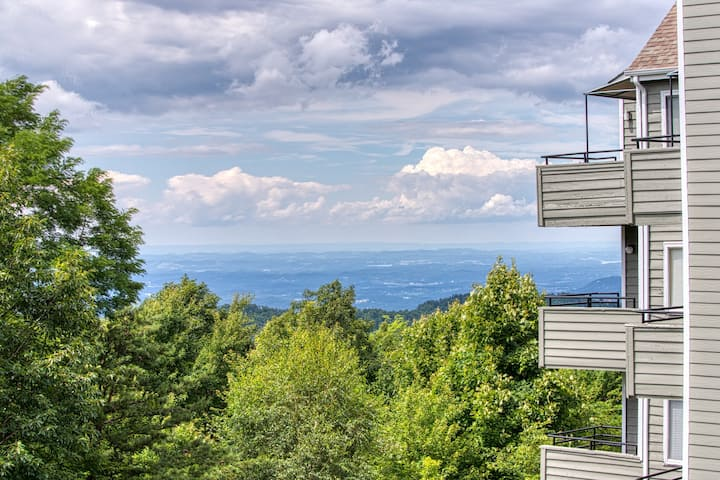 Mountain view studio w/ deck, fireplace & shared pools/hot tubs!
