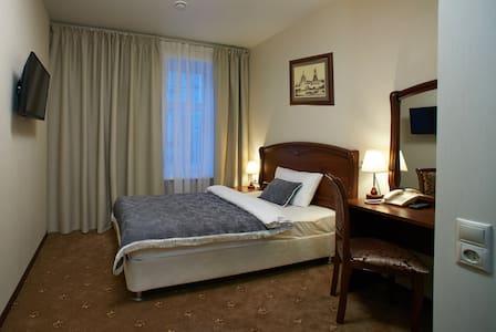 Двуспальная кровать и рабочее место