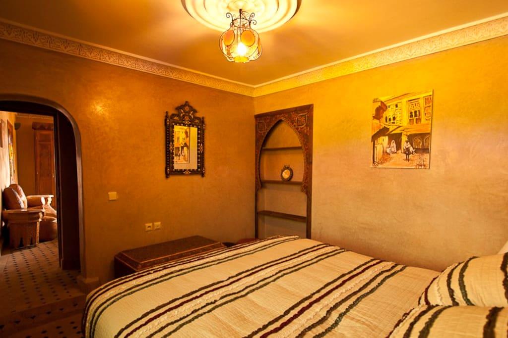 Suite 4 personnes composée de 2 chambres avec lit double, un salon et une salle de bains. Possibilité 6 personnes