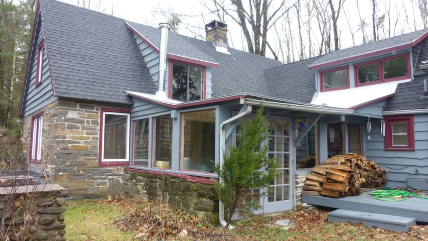 Adirondack-style Stone Cottage - Hurley - Дом