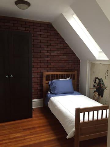 Crash pad attic room with sky view - Flushing - Talo
