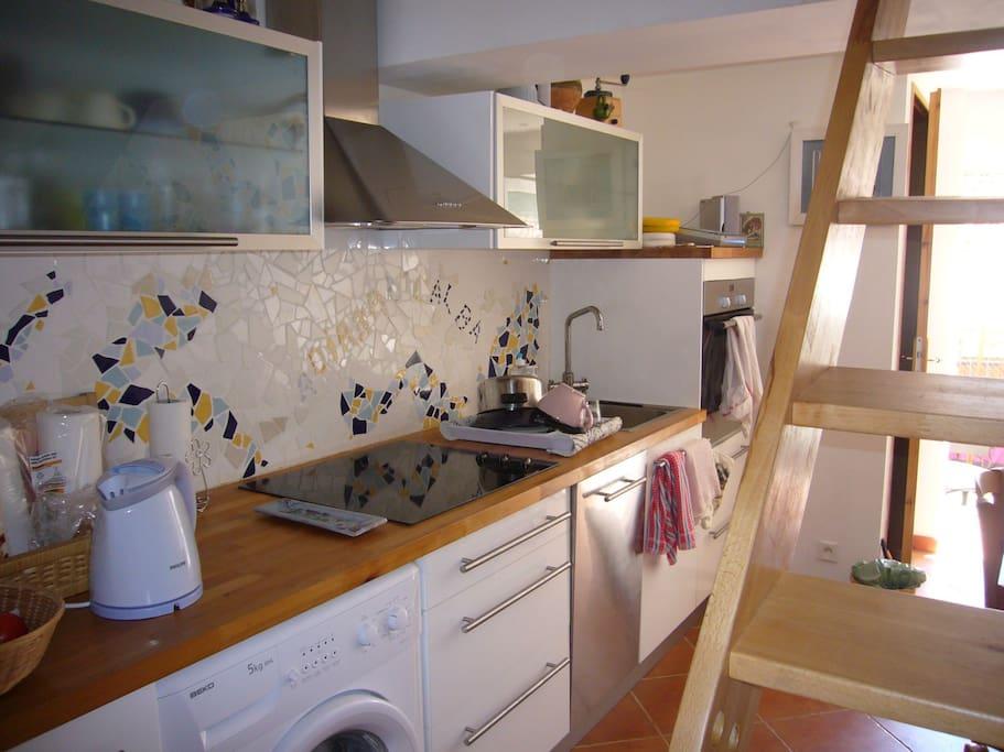 Cuisine équipée avec frigo, plaque de cuisson, four et lave vaisselle