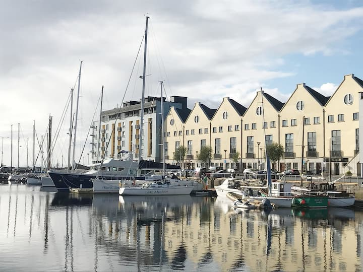 Lovely 2 bed overlooking Galway Marina