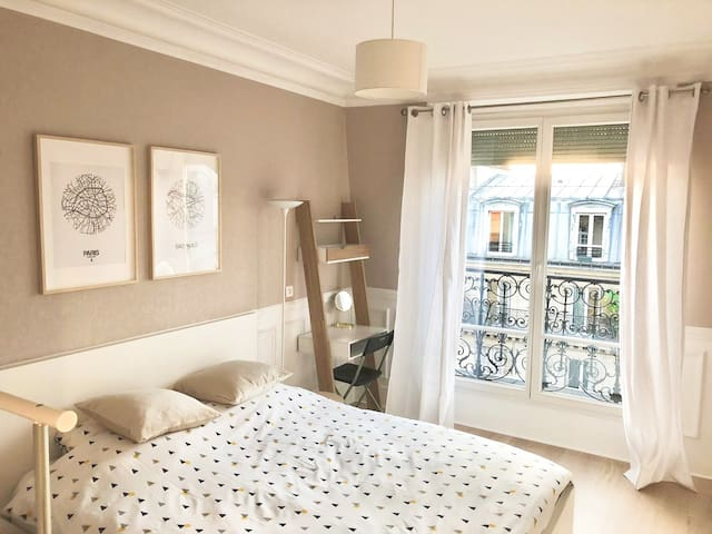 Cozy parisian room with Eiffel Tower view !