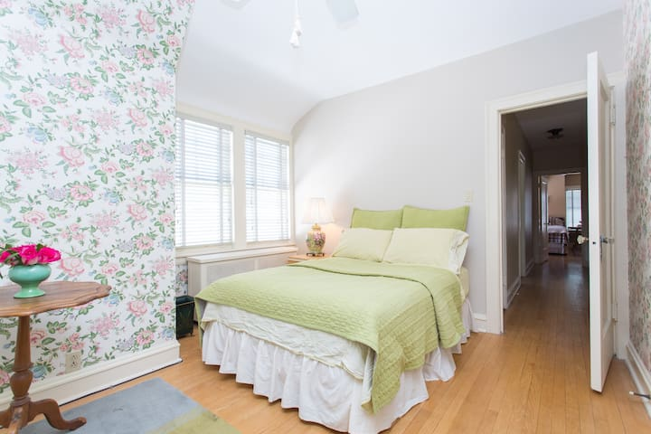 Delightful Bedroom in vintage home,  Rogers Park