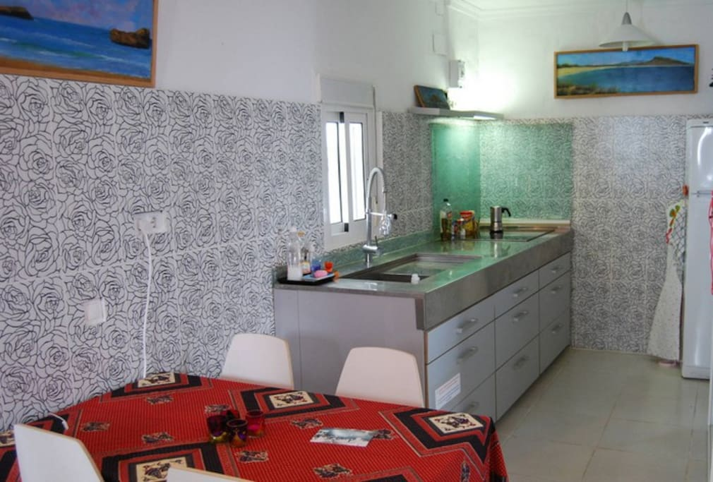 Hay una mesa para 4 personas en la cocina abajo/ There is a table for 4 persons in the kitchen downstairs.