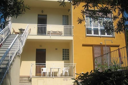 NICE APARTMENT TWO MINUTES WALKING FROM SEASIDE - Marina di Campo - บ้าน