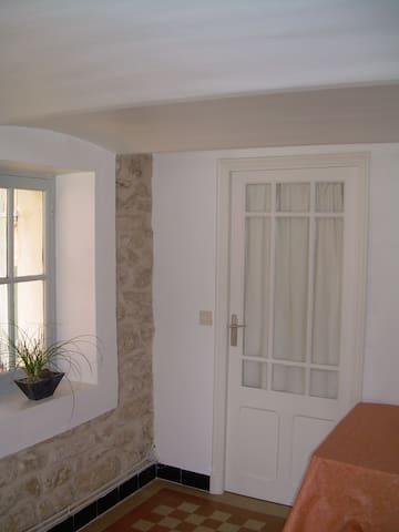 Appart privé  au rez de chaussée d'une maison - Sainte-Cécile-les-Vignes