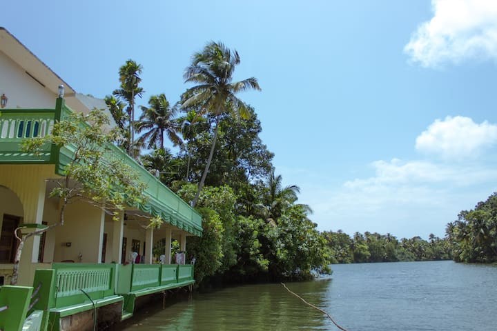 Breathtaking home in backwaters away from tourists