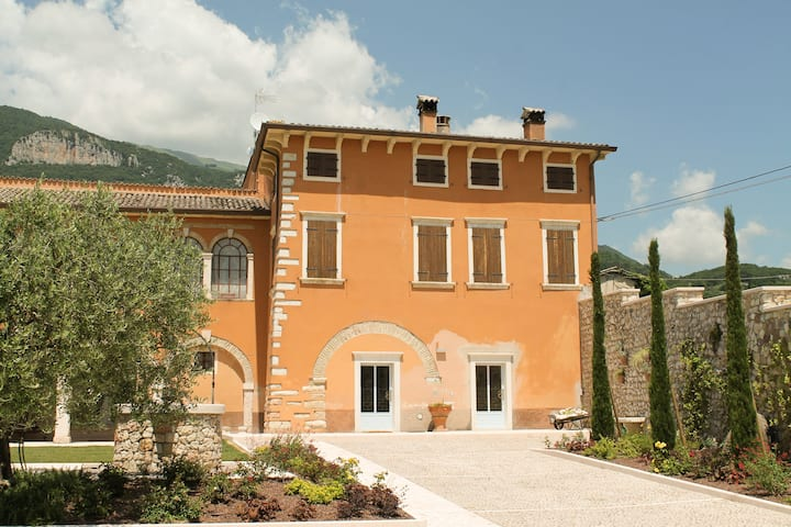 15TH CENTURY MANSION NEAR LAKE GARDA