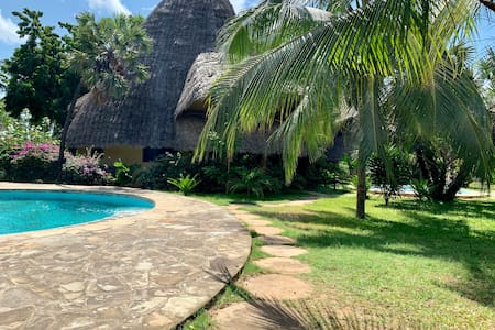 Upstairs One Bedroom Villa Close to the Beach
