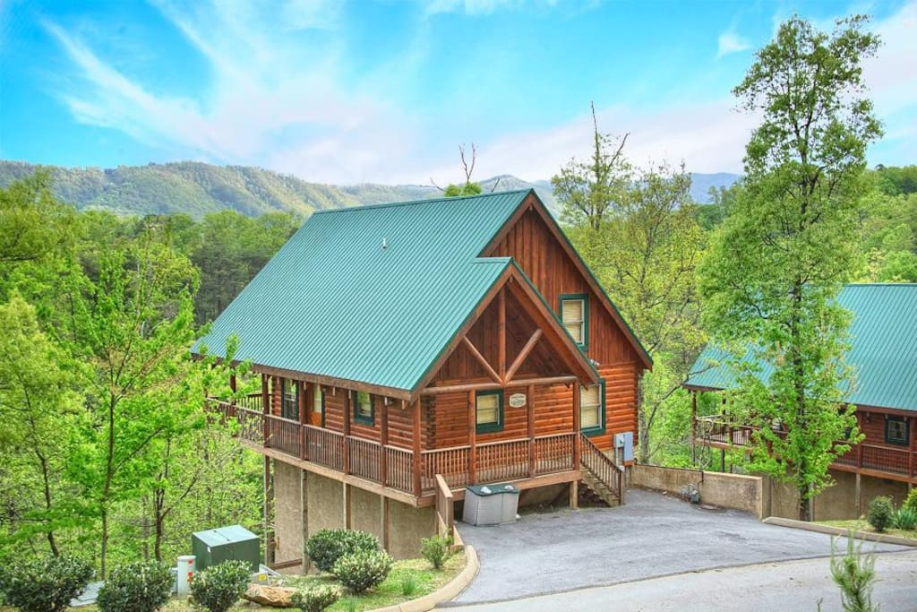 What a location - Though it's perched atop a ridge, Chalet of Dreams is a short and easy drive to the Pigeon Forge Parkway, home