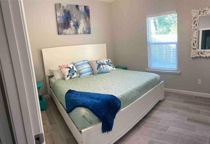 Second bedroom w King bed