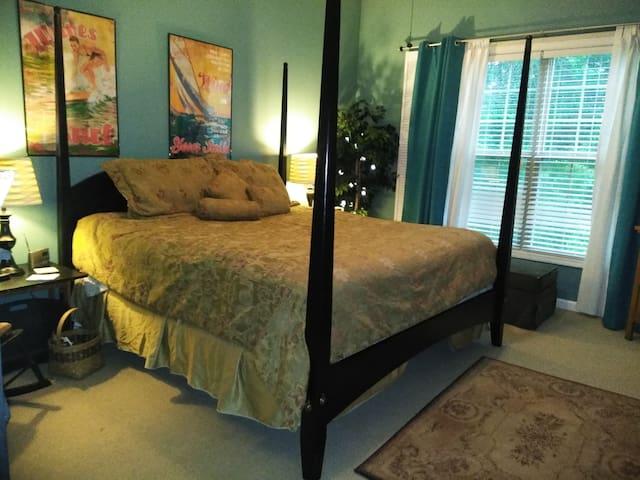 Master Suite / King Bed / Shower & Tub