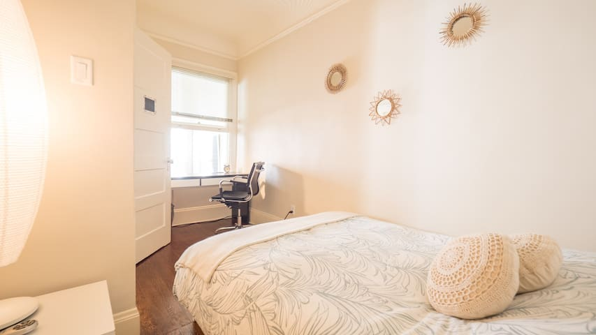 Cozy Victorian room in SoMa, next to BART station!