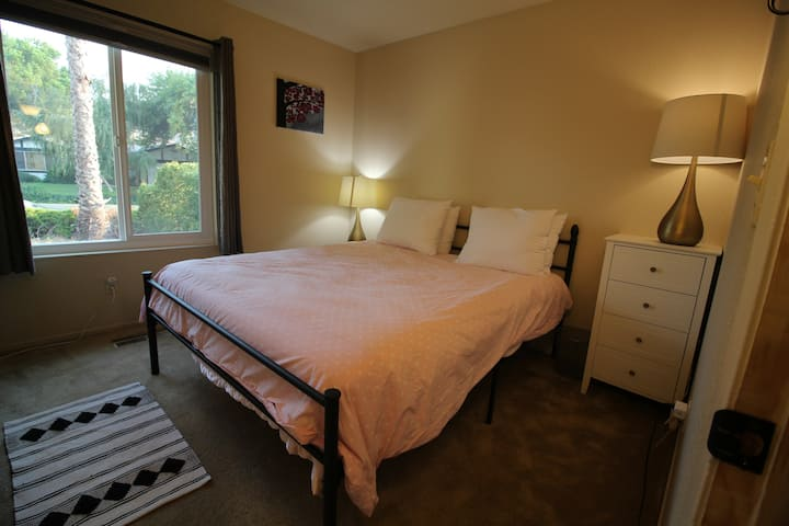 Furnished room for traveling professionals